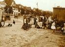 Strand mit Badekarren und Kindern 1920