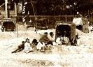 Strandkorb mit Sandburg 1920