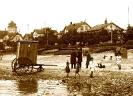 Strand mit Badekarren 1920